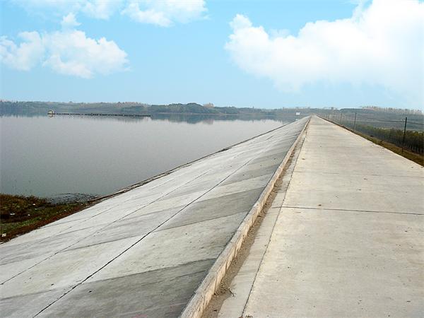 除险整治施工后的沙港水库堤坝.JPG